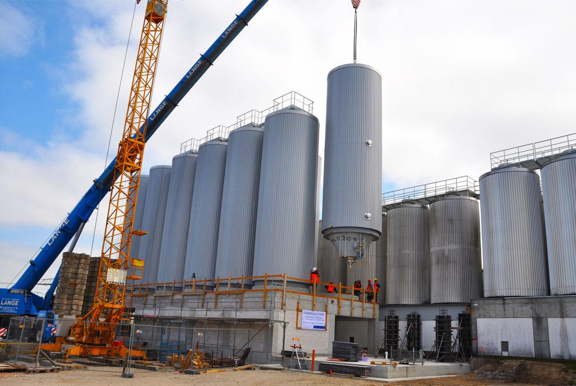 Insgesamt 12 neue, knapp 14 Meter hohe Stahltanks wurden installiert.