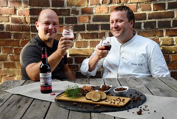 Perfekte Kombination: Störtebeker Glüh-Bier und köstliches Marzipan.