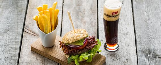 Braugasthaus-Burger mit BBQ-Soße, Römersalat, Tomate und Bacon