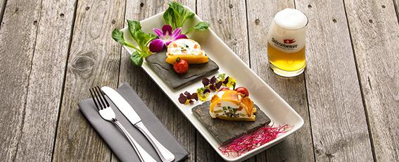 Unsere Empfehlung zum Bernstein-Weizen Alkoholfrei: Ziegenfrischkäse-Terrine mit frischen Kräutern und Basilikum-Tomaten
