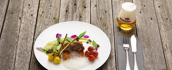 Unsere Empfehlung zum Pilsener-Bier: Lachs unter der Treberbrotkruste mit grünem Erbspüree