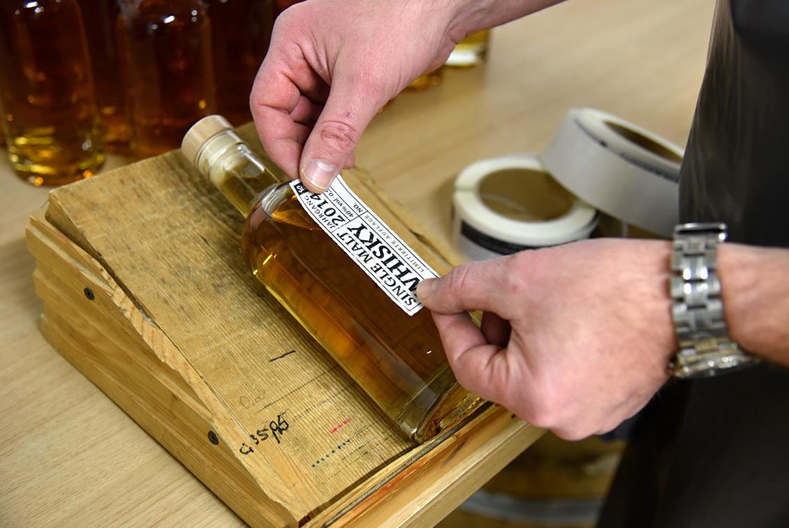 Handwerklich gebraut, destilliert und etikettiert: der Störtebeker Single Malt Whisky.