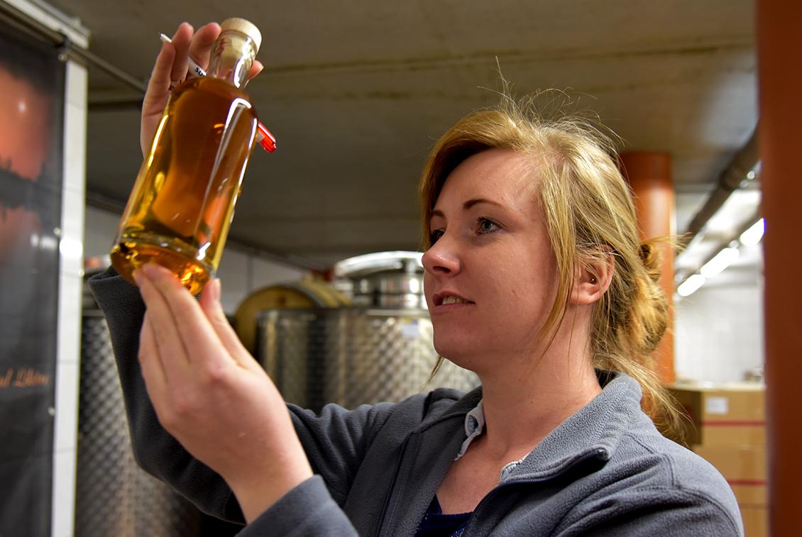 Goldgelb und mit süßen Holz-, Vanille- und Tabaknoten: Der Störtebeker Single Malt Whisky.