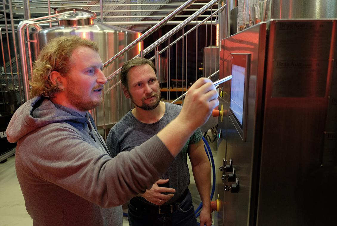 Tobias Kandler und Michael Lembke (BRLO) überwachen den Brauprozess.