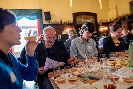 Die Expertenjury aus Brauern und Biersommeliers wird in diesem Jahr Witbiere - Belgischer Brauart verkosten und bewerten.