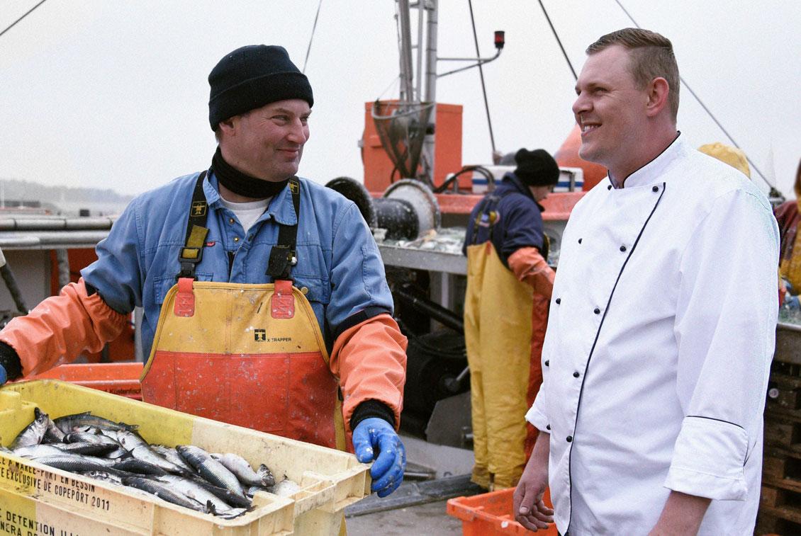 Steffen Schnorrenberg von den Hiddenseer Kutterfischern ist einer der regionalen Genuss-Partner vom Störtebeker Brauquartier.