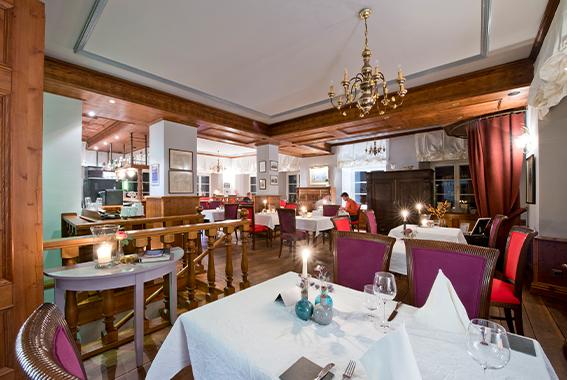 Der Gastraum des Restaurants Morizaner im Gutshaus Ludorf