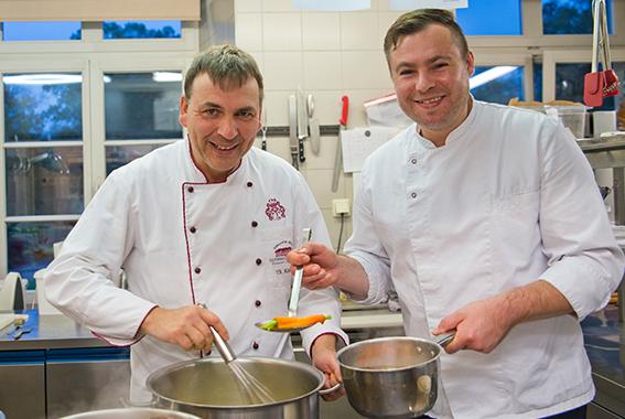 Die Köche Thomas Köpke und Dennis Kühnappel (v.l.n.r.) aus dem Restaurant Morizaner.