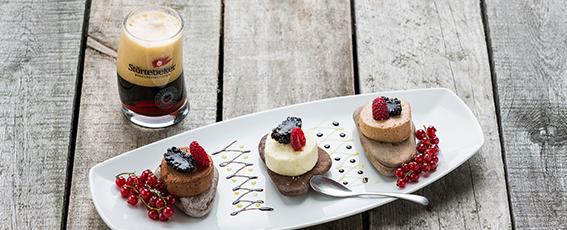 Dessert: Schokoladen-Nougatmousse mit frischen, marinierten Beeren und Honig-Rosmarineis