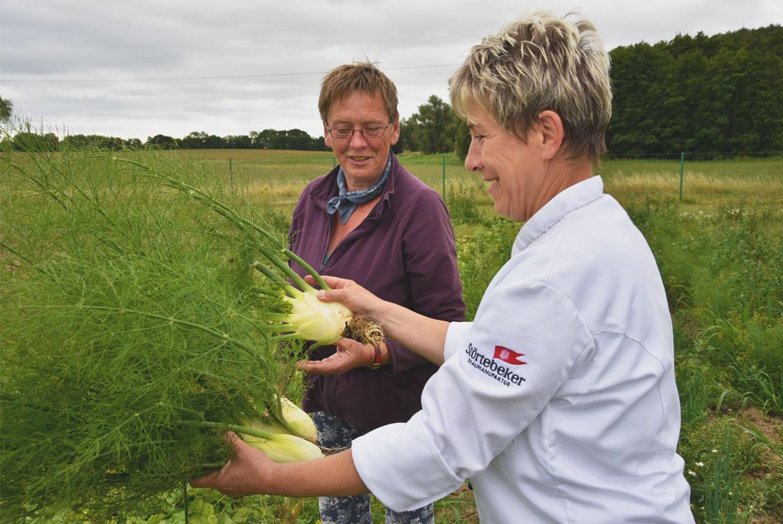 Störtebeker Köchin Karola Kuhn und Gärtnerin Angelika Amling begutachten den frisch geernteten Fenchel.