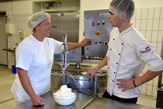 Braugasthaus-Koch Paul Simon informiert sich bei Mitarbeiterin Andrea Lange über die verschiedenen Produkte.