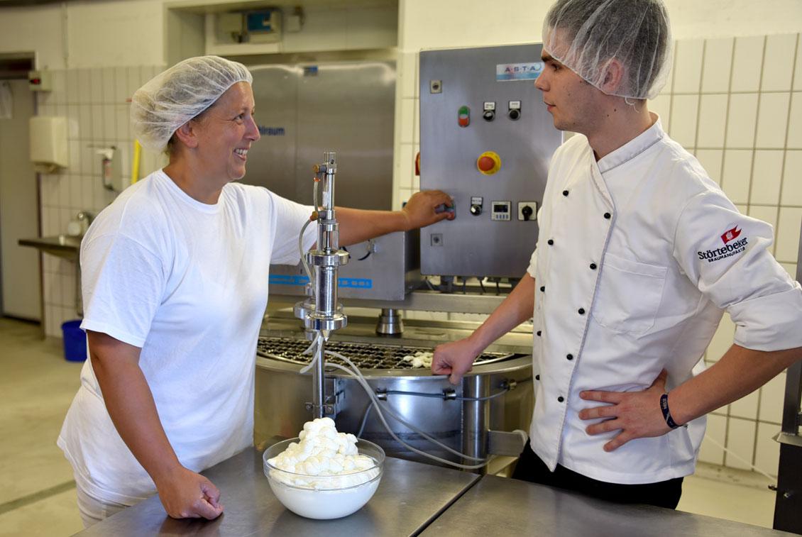 Braugasthaus-Koch Paul Simon besichtigt die Produktion der Molkerei Inselfrische.