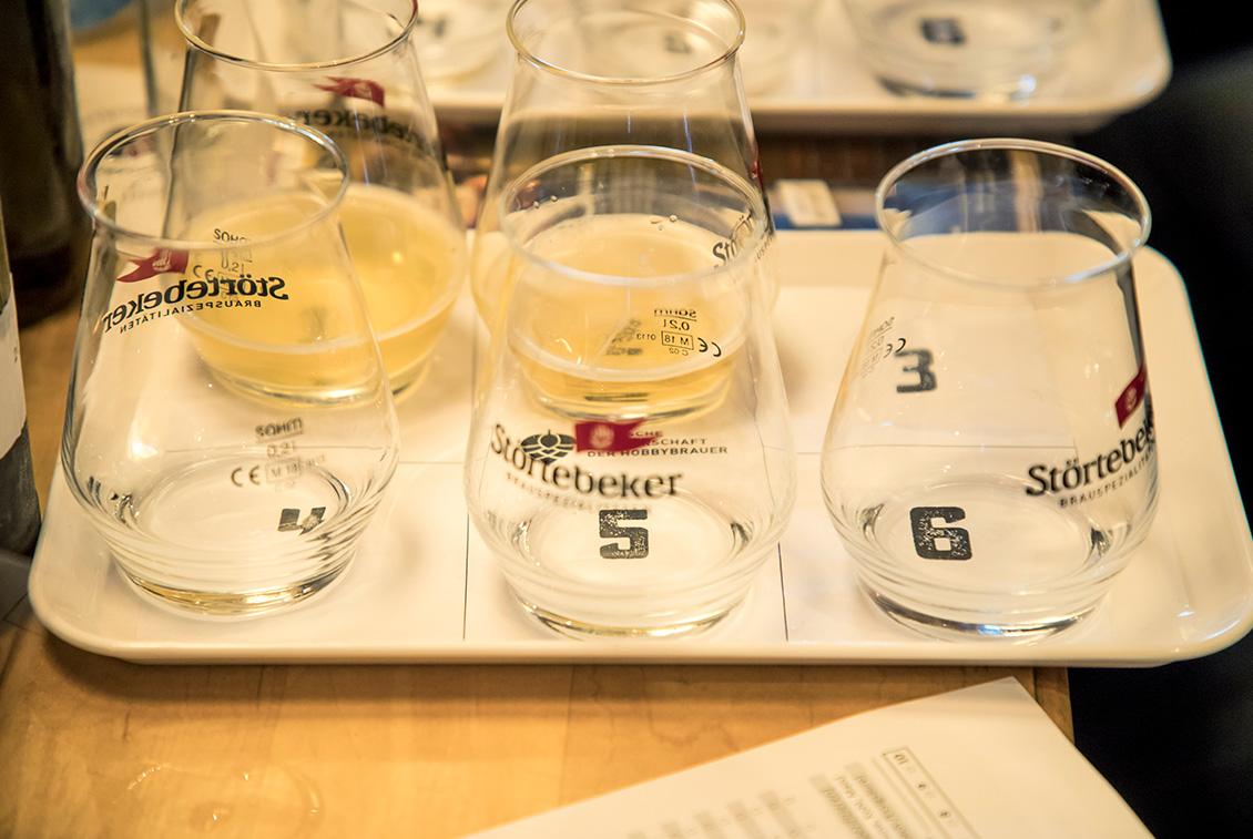 Pro Flight à sechs Bieren musste sich die Jury auf ein Bier einigen, das in die nächste Runde einziehen durfte.