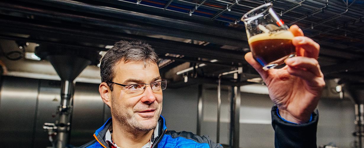 Der Deutsche Meister der Hobbybrauer braut sein Wit-Bier ein.