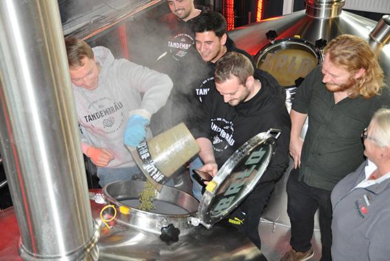 Das Team von Tandembräu braute ihr Red Ale bei BRLO Berlin.