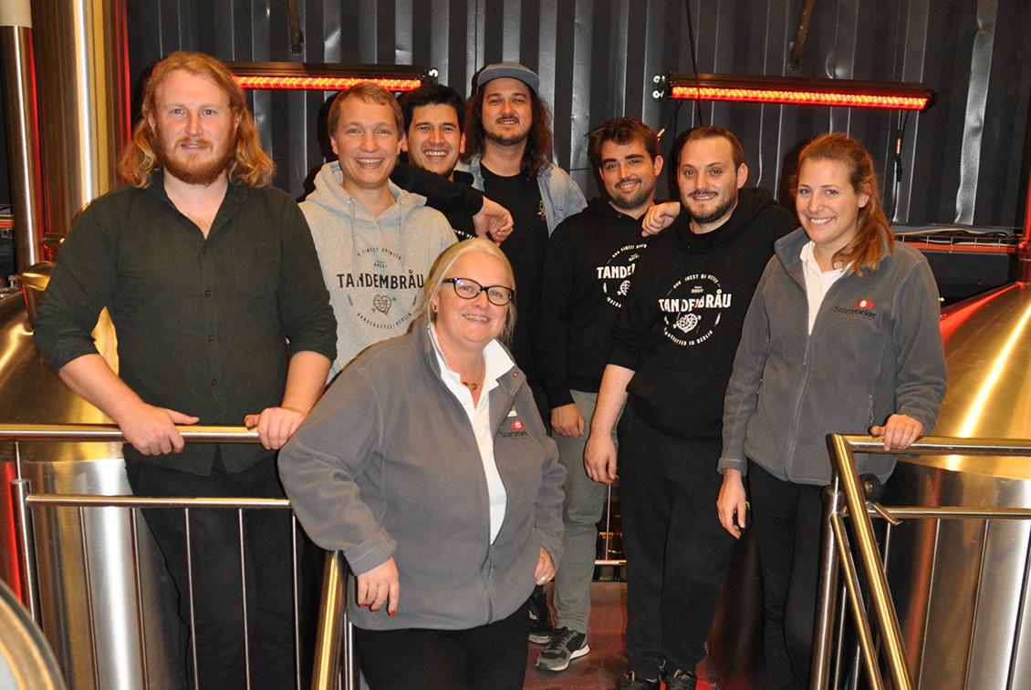 Gemeinsam mit zwei Störtebeker Mitarbeiterinnen brauten Tandembräu ihr Irish Red Ale bei BRLO in Berlin.