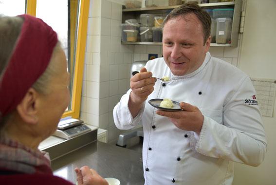 Braugasthaus Küchenchef Marko Vooth überzeugt sich von der frischen Qualität und verkostet die Frischkäse- und Quarkkreationen vom Hof Zandershagen.