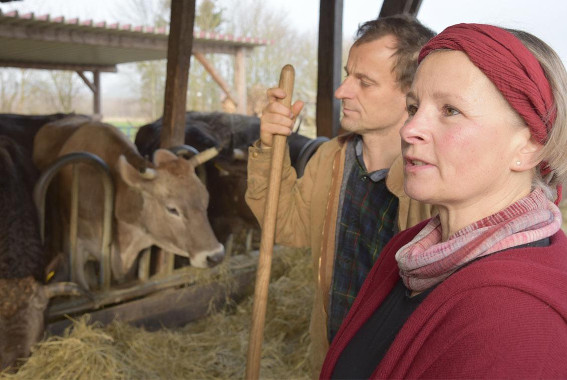 Ture Gustavs und Gaby Fiebig auf ihrem Bauernhof in Zandershagen.