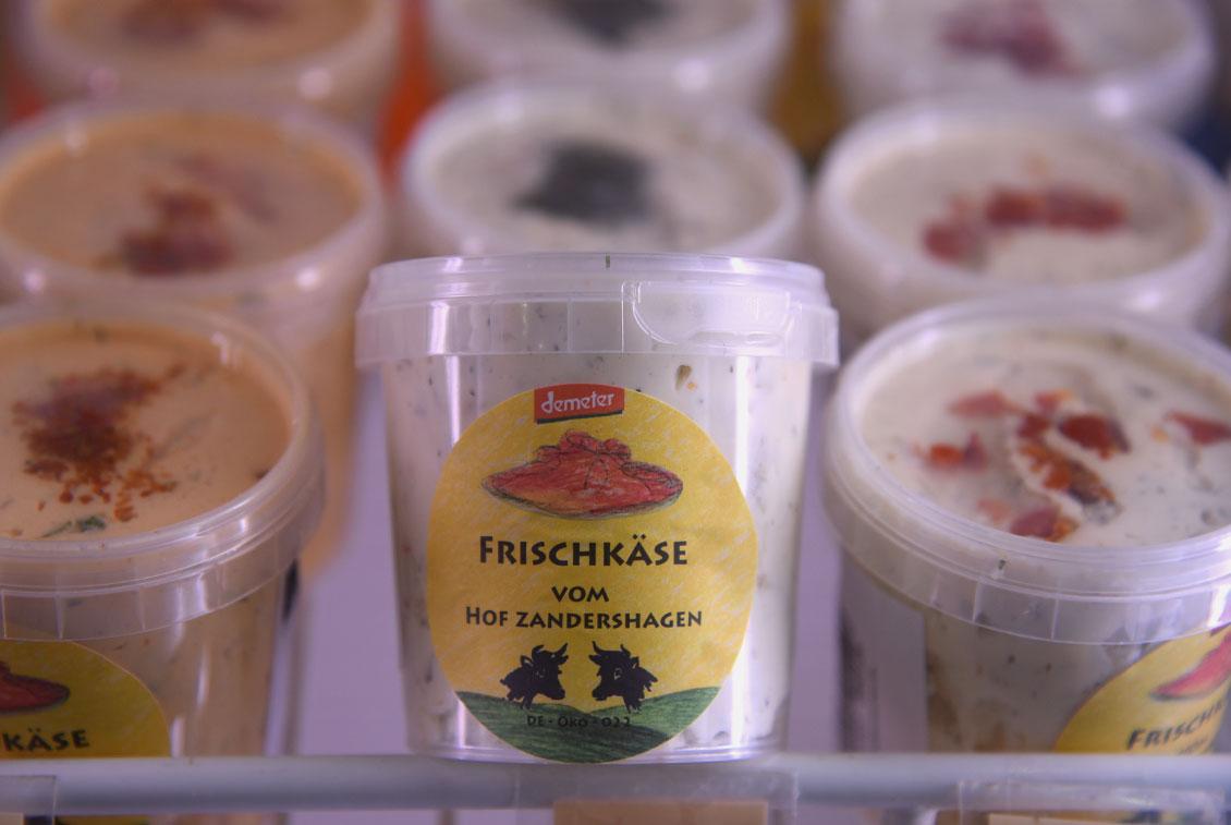 In der Hofkäserei werden u. a. 16 verschiedene Sorten von Frischkäse hergestellt.