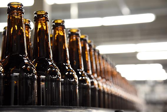 Nicht nur für das Bier selbst, sondern auch zum Reinigen und Kühlen benötigt man viel Wasser.
