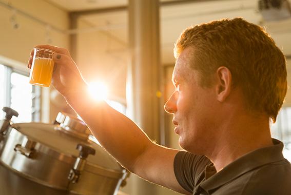 Für helle, schlanke Biere verwendet man eher weiches Wasser.