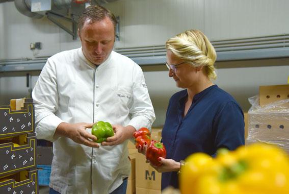 Chefkoch Marko Vooth besucht den Mönchguter Fruchtgroßhandel in Samtens.