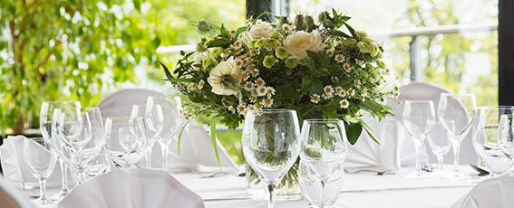 Gern helfen wir Ihnen bei der Suche nach der passenden Blumendekoration.