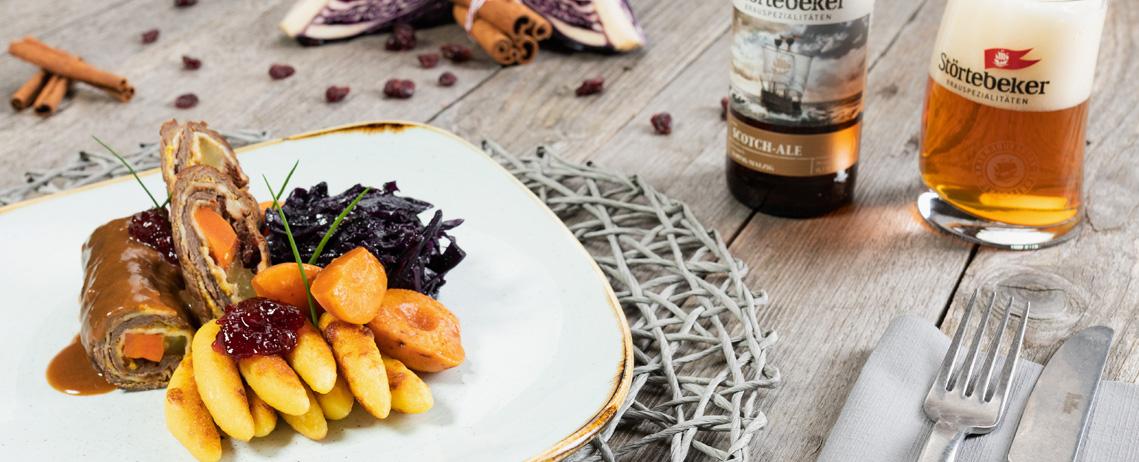 Unsere Empfehlung im November: Hirschroulade mit Aprikose und Preiselbeere an Apfelrotkohl und gebratenen Schupfnudeln