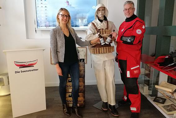 Die 15.000€ fließen in neue Kälteschutzanzüge für die Seenotretter.
