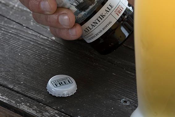 Schriftzug statt Kogge: Die Kronkorken der alkoholfreien Brauspezialitäten unterscheiden sich von den klassischen Kronkorken.