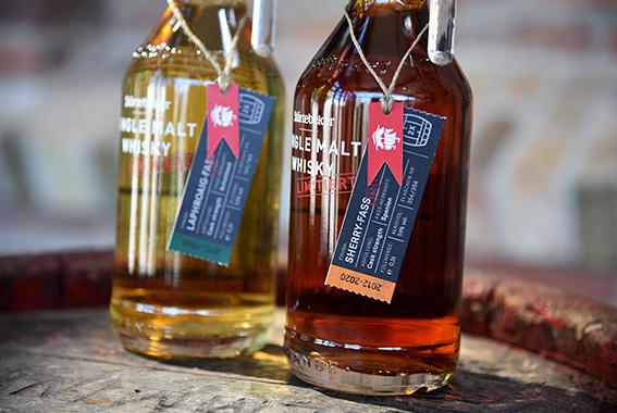 Gebrannt aus demselben Sud und doch unterschiedlich: die neuen Störtebeker Single Malt Whiskys.