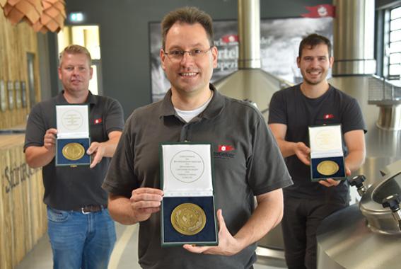 Freuen sich über den 13. Bundesehrenpreis: Ronald Schulz, Sascha Wunderlich und Paul Gradl von der Störtebeker Braumanufaktur.