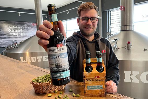 Störtebeker Brauer Malte Schanz präsentiert das neue, tropisch-fruchtige Pazifik-Ale.